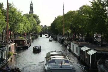 Typischer Kanalblick mit Booten