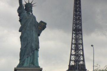 Die kleinere Freiheitsstatue in der Nähe des Eiffelturms