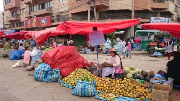 Ein Straßenstand für Obst mitten im Marktviertel von Cochabamba
