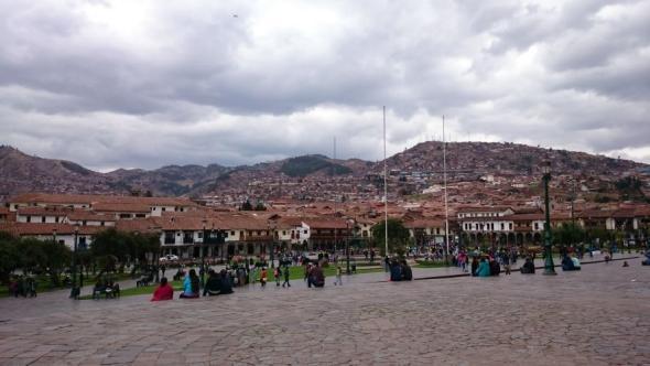 Ein bewölkter Nachmittag auf dem Main Plaza in Cusco