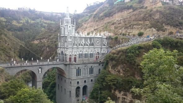 Berghang im Pilgerort Ipiales mit der Kathedrale Las Lajas