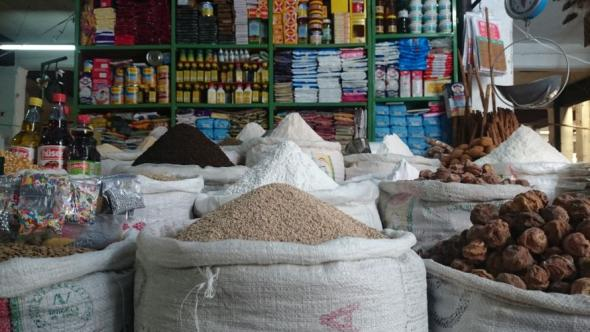 Zum Vergleich ein Stand für Gewürze und Nüsse in der städtischen Markthalle des wohlhabenden Sucre